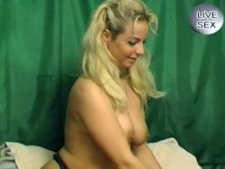 Blonde in Dessous rubbelt sich die Muschi